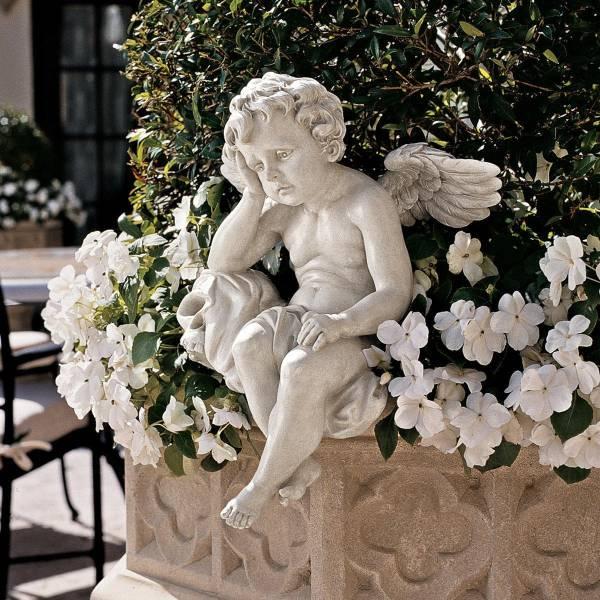 髑髏の傍らで、死すべき運命に悲しみに暮れる ケルビム(子供の天使)像 ガーデン彫刻置物 庭用彫像/ Mourning Mortality Sitting Cherub Statue(輸入品