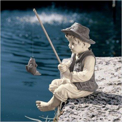 デザイン・トスカノ製 アヴィニョンのフレデリック、釣りをする小さな子供の漁師 少年、高さ 約28cm ツートンカラーストーン風 彫像 彫刻(輸入品)
