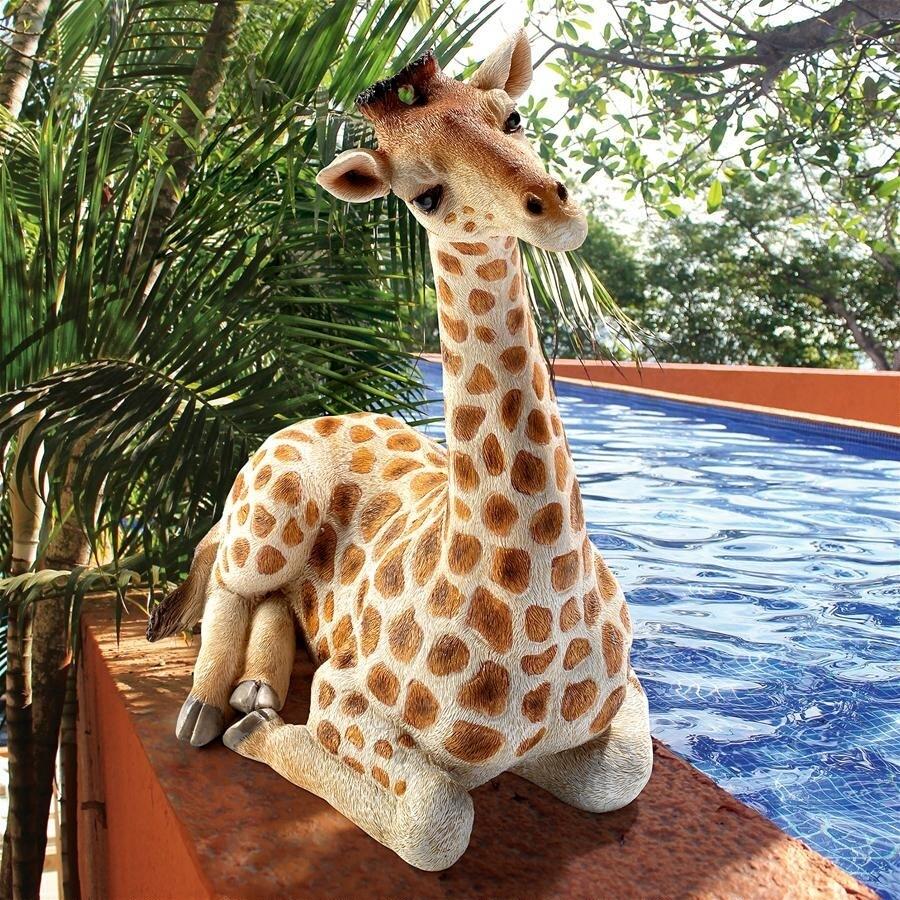 「ザリ」休息するキリン彫像:メディアムサイズ彫像 彫刻/ Zari the Resting Giraffe Statue: Medium(輸入品)
