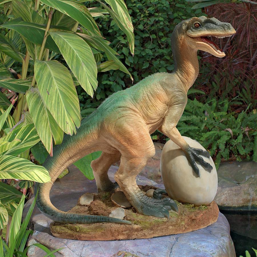 デザイン・トスカノ製 卵を狙うヴェロキラプトル(小型肉食恐竜) 恐竜の卵 置物彫像 彫刻(輸入品)