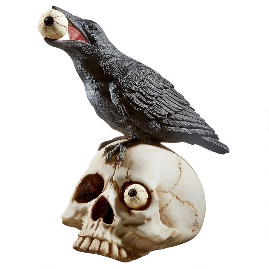頭蓋骨の上で、骸骨の目玉を咥えるワタリカラス スカル置物 彫像 彫刻(輸入品)