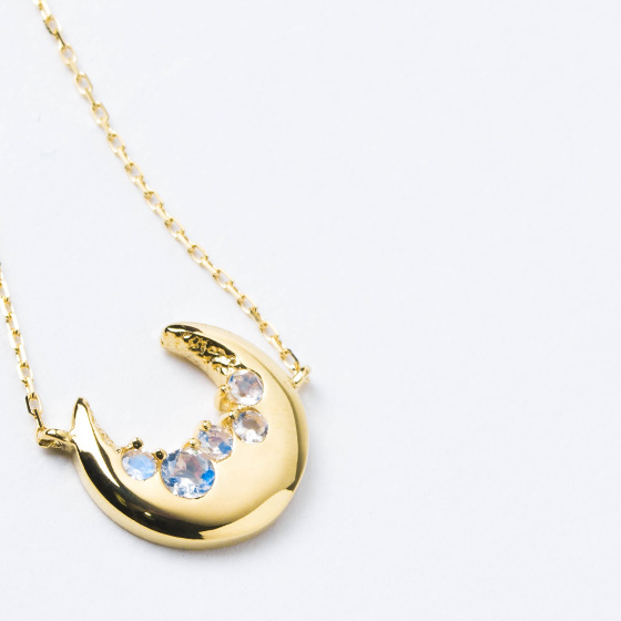 Renewal K18 Necklace 18 K Gold Blue Third Moon Amulet