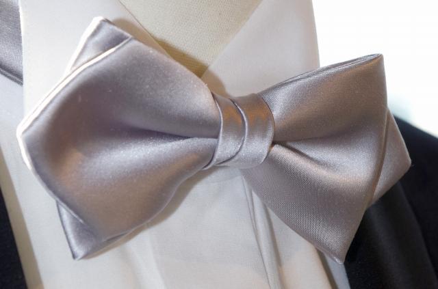【RossoNero】 高級!日本製シルク100% 蝶ネクタイ シルバー(ボウタイ) ポインテッドエンドタイ、日本縫製【結婚式/ウェディング/パーティー/フォーマルシーンに最適】
