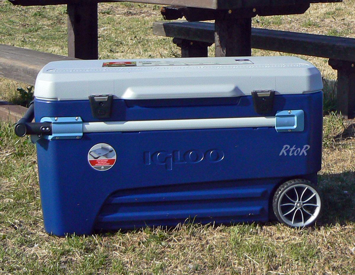 """圆顶冰屋 110 qt 车轮一大冷盒 [110 qt/104 L 滑翔""""车轮与圆顶冰屋 (驻防战士的 iglau)"""