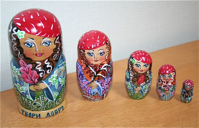 カーチャさんの手作りマトリョーシカ「木の葉を抱く赤いベレー帽の貴婦人」(1点限定)15センチ5個組