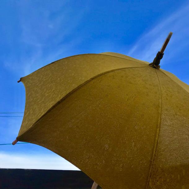 着物リメイク日傘 職人 手作り 黄土色 山吹色 正絹 絹 無地 シンプル オリジナル パラソル 一点物 uvカット 収納袋付き 45cm 8本骨 メッキ骨 おしゃれ かわいい 日本製 紫外線対策 日よけ 和装 浴衣 洋服 母の日 還暦祝い お祝い 記念日 誕生日 夏 必需品 プレゼント ギフト