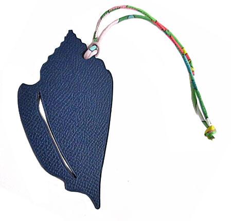 【キャッシュレス5%還元対象】新品 エルメス プティ・アッシュ チャーム 貝殻 シェル型 MM ネイビー×バンブー グリーン (3) 箱 リボンのスペシャルラッピング