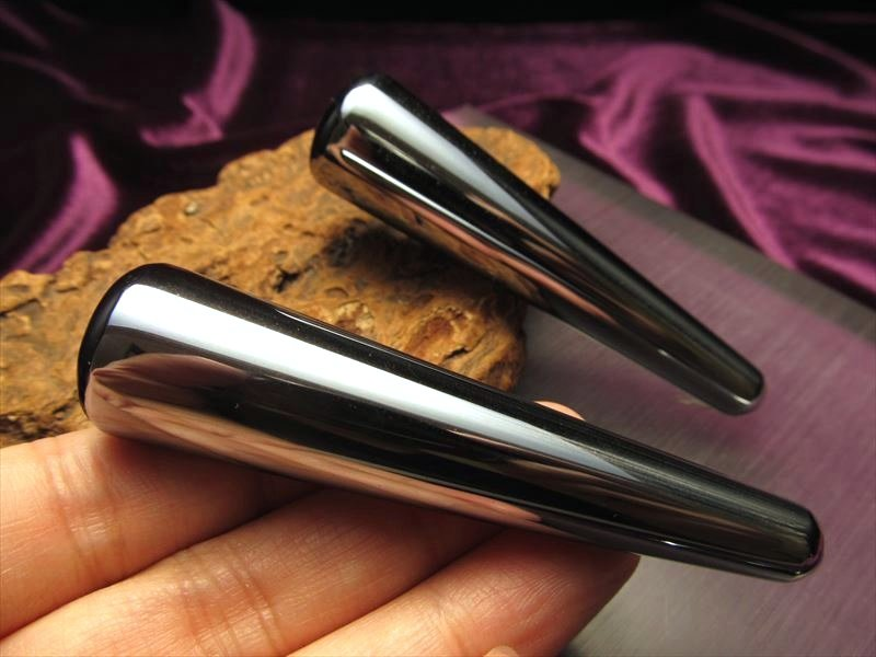 話題の 高純度テラヘルツ を激安入荷 テラヘルツ鉱石 マッサージ棒 誕生日/お祝い 国産品 携帯用ポーチ付き 長さ約80mm×太さ約10-20mm つぼ押し 2020年 検査機関にて検査済み 返品保証 鉱石 テラヘルツ 本物保証 つやつや光沢で鏡のような表面 高純度