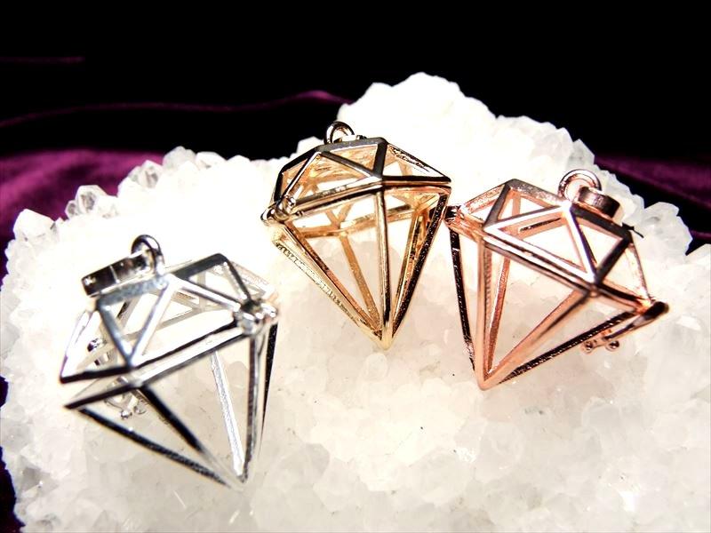 卸価格 入れ替え可能 ダイヤモンド型 約14mmまでの天然石が入ります 3色のストーン入れ替えペンダント 通販 激安 再再販
