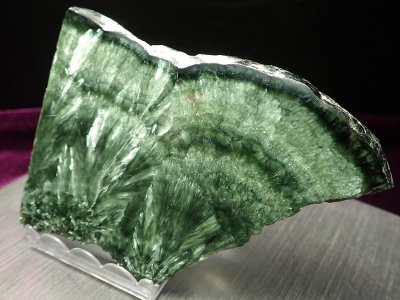 【セラフィナイト 磨きプレート 台座付き】重さ91g 斜緑泥石 人生に平穏を与える石 神秘的で高貴な美しさ【ロシア産】