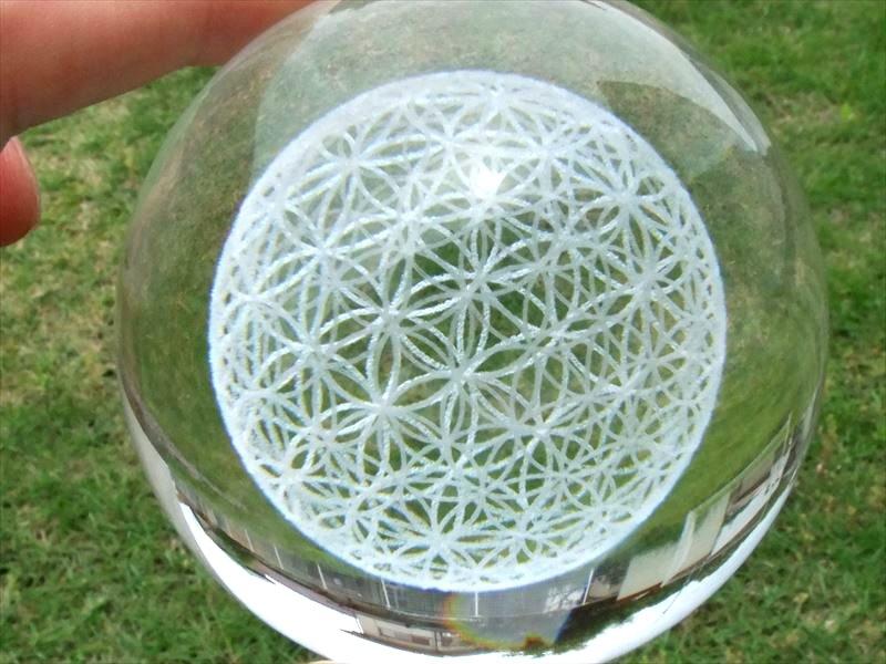 クリスタルガラス雑貨 太陽を表すシンボル 3Dフラワーオブライフ 生命の花 クリスタルガラス製 LED台座付き LEDライトで幻想的に浮かび上がった 入荷予定 立体フラワーオブライフ 人工水晶 置物 全品最安値に挑戦 直径約67mm 動画あり