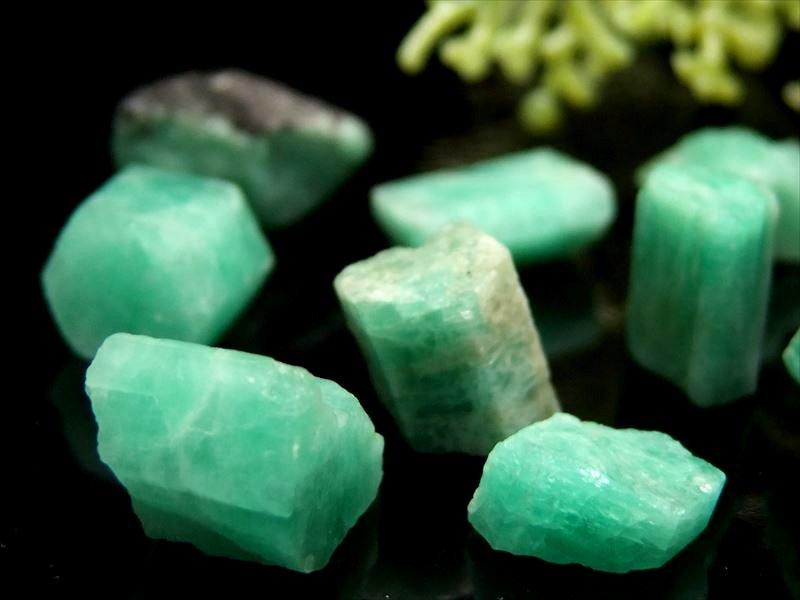 アクセサリー作り インテリアに 貴重 世界四大宝石のひとつ upd 極上 エメラルド 約3ミリ-16ミリ 結晶原石 10グラム 上等 ブラジル産 粒の大きさ 発色良好グリーン 無料 詰め合わせ