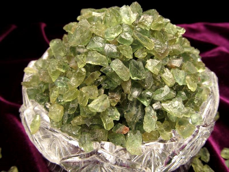 透明感抜群 浄化用 お見舞い インテリアに 濃色グリーンアパタイトさざれ いよいよ人気ブランド ナチュラル原石小粒タイプ 粒の大きさ約4ミリ-8ミリ 100グラム ブラジル産