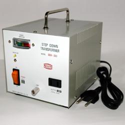 【変圧器】【海外用】 日章工業 ハイクラス・ダウントランスフォーマー 定格容量600W 対応電圧220/240V SDX-600