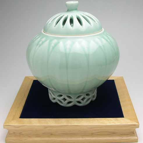 有田焼 大秀作 青磁菊彫香炉(木箱入) (saiky-k91-01224)