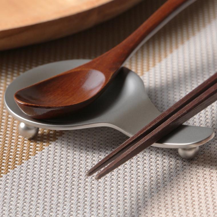 海外並行輸入正規品 スプーンとお箸を一緒におけるレストです ステンレス製 メール便選択可 商い スプーンレスト