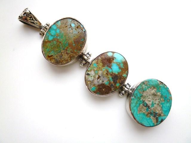 【送料無料】【坂元屋店主お薦め】《トルコ石好き必見》非常に貴重な昔のトルコ石ちょっと大きめ3連丸型銀細工ペンダントトップ