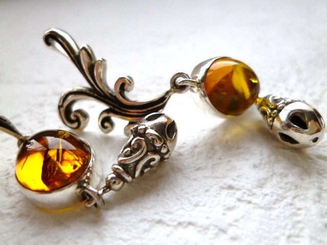 【トルコの職人作】デザインがゴージャスで美しい上質《琥珀》の銀細工ピアス