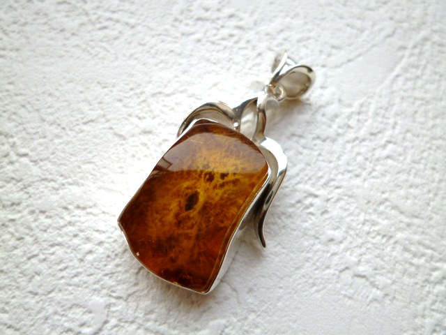 《ヨーロッパセレブ・テイスト》【大人気のトルコ雑貨】貴重な石目が綺麗な《琥珀》のシルバーペンダントTOP