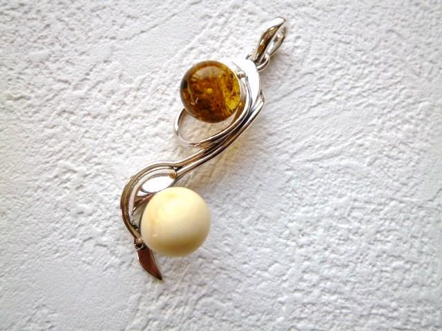《ヨーロッパセレブ・テイスト》【トルコ雑貨】上品で貴重な《白琥珀》との組み合わせが絶妙!!銀細工も綺麗なペンダントTOP【02P11Apr15】