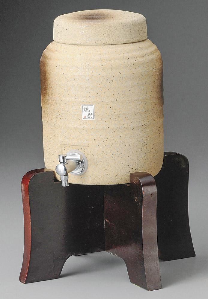 2000cc 黄信楽釉 木台付焼酎サーバー (台付高さ 33cm)上手な保管 熟成で焼酎をさらに美味しく まろやかに!日本製 保存用かめ お酒のタンク上品な釉薬の風合い インテリアになじむ高級感ある落ち着いたデザイン家呑み 贈り物 プレゼントに