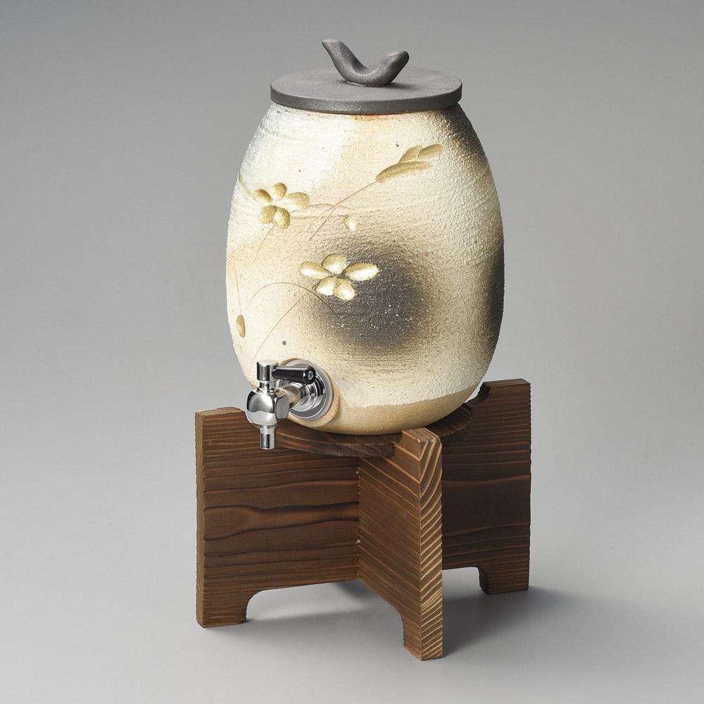 信楽焼 2200cc 金彩花彫刻 焼酎サーバー(焼き杉木台付) 21.5x16x35cm 上手な保管 熟成で焼酎をさらに美味しく まろやかに日本製 保存甕 上品な風合い インテリアになじむ高級感あるデザインパーティー 宴会 贈り物に