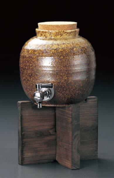 信楽風 茶釉 2400cc 丸型サーバー 木台付上手な保管・熟成で焼酎をさらに美味しく・まろやかに!日本製 保存用かめ、お酒のタンクシンプルで上品・落ち着いた風合いはインテリアになじむ家呑み・パーティー・宴会、プレゼント・贈り物に