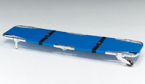 片側にキャスターが付いているので一人でも運ぶことができます 法人宛送料無料 デポー 松永製作所 A式担架1型 アルミ製 ベルト付 キャスター付 折りたたみ 保障 緊急 防災 災害 搬送 非常用 救急 救護