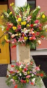 <title>豪華 1段スタンド花 オープン 開店祝い 公演 ビジネスイベントに 即日配達 季節のお花の ご予約品 お祝いスタンド花 法人様には 領収書の発行が可能 御祝用スタンド花</title>