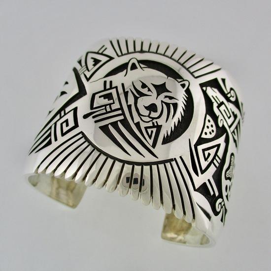 【ホピ族】Marcus Coochwikvia/マーカス・クーチウクヴィア作勇気と力強さを象徴するベアモチーフがふんだんに描かれたホピバングルベア/クマ/インディアンブレスインディアンジュエリー/ネイティブアメリカン