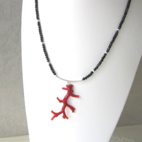 高知産赤サンゴ枝とブラックスピネルのペンダントネックレス/K14WG