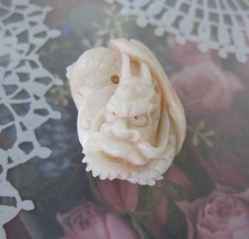 ミッド珊瑚龍の彫りのペンダント・帯留め兼用着物/和装小物/アクセサリー