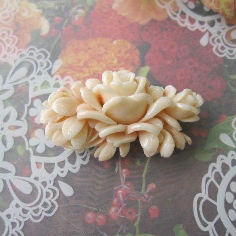 ミッド珊瑚の美しい薔薇の彫り帯留め/着物/浴衣/和装小物