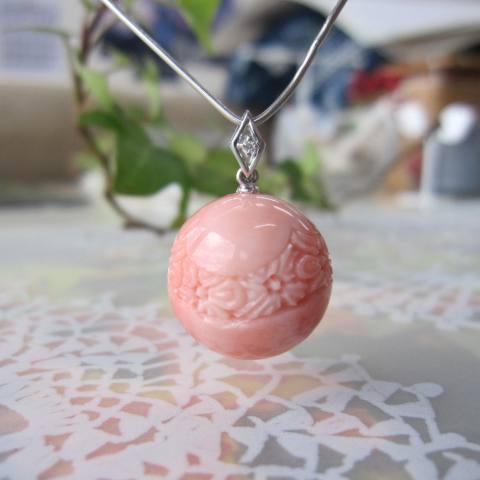 ピンク珊瑚桜の彫り丸玉のペンダントトップ/(16.7ミリ)/K18WG/ダイヤ0.01ct/『宝石サンゴ』