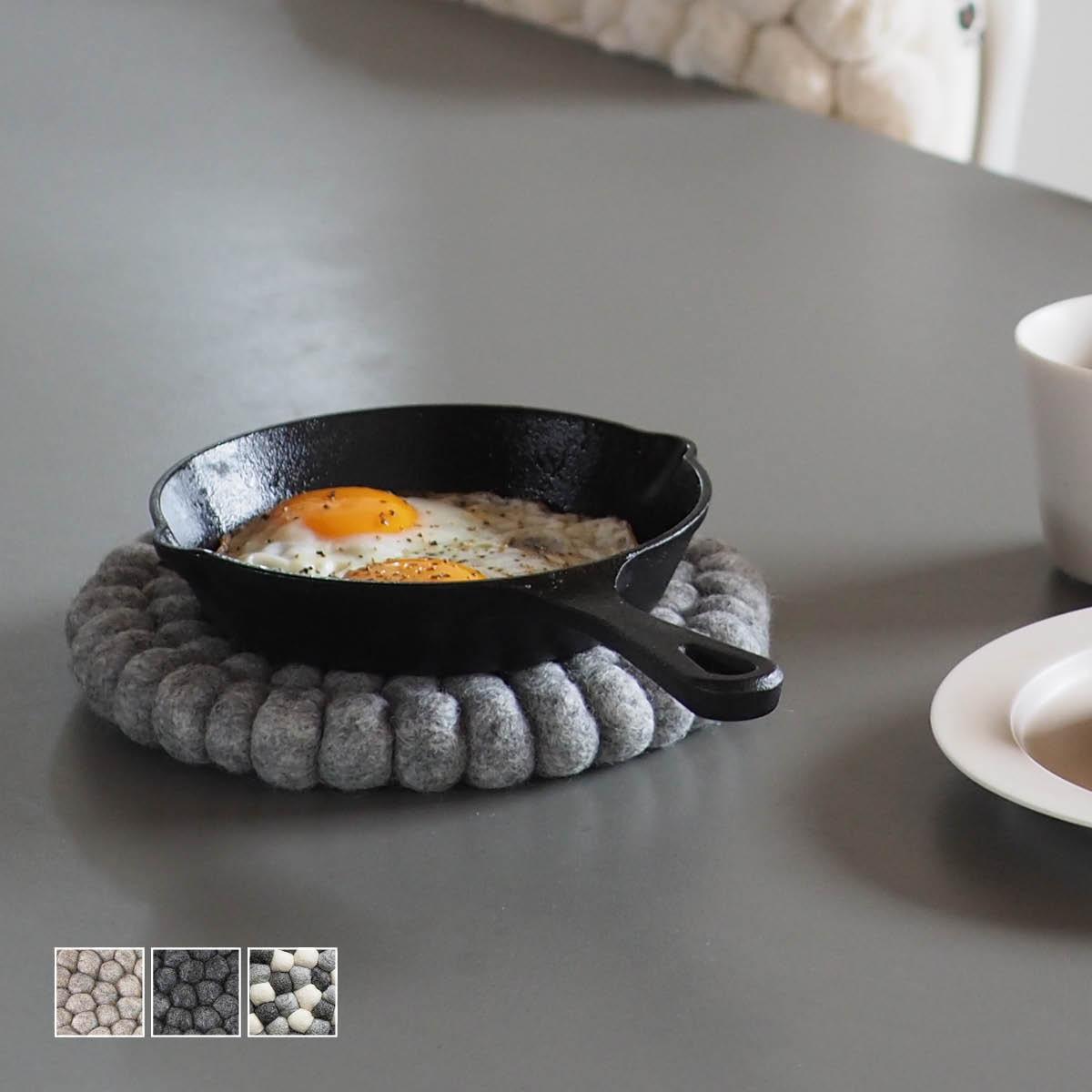 品質検査済 ニュージーランドウール100%のフェルトボールを繋いで作ったシンプルで可愛い鍋敷き トリベット プレイスマットとしても b2cフェルト 鍋敷き 丸型 おしゃれ かわいい フェルトボール b2c キッチン#SL_KT 大特価 シンプル ウール