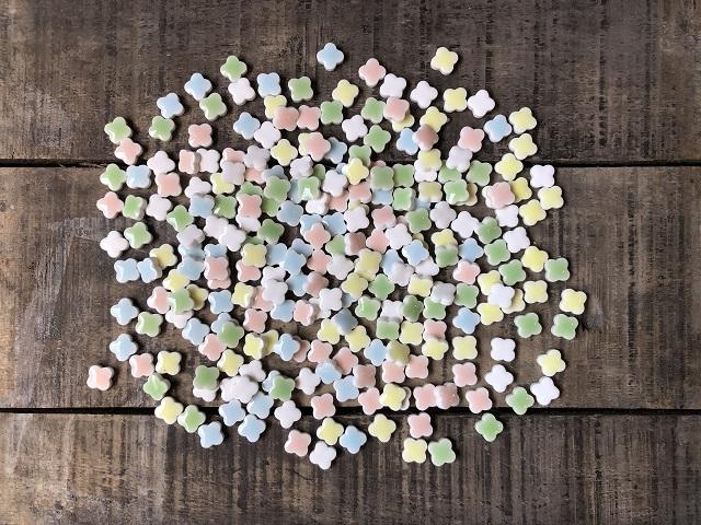 割引 復刻 花子のトクハク純シリーズ 10ミリのプチフラワータイルです 5色入り各40gで200g入り 花子 純 200g入り 春の新作続々 10mmフラワー プチフラワー モザイクタイル 送料無料 DIY 袋詰め 作善堂 美濃焼タイル 材料 袋入り カラフルミックス アクセサリーパーツ