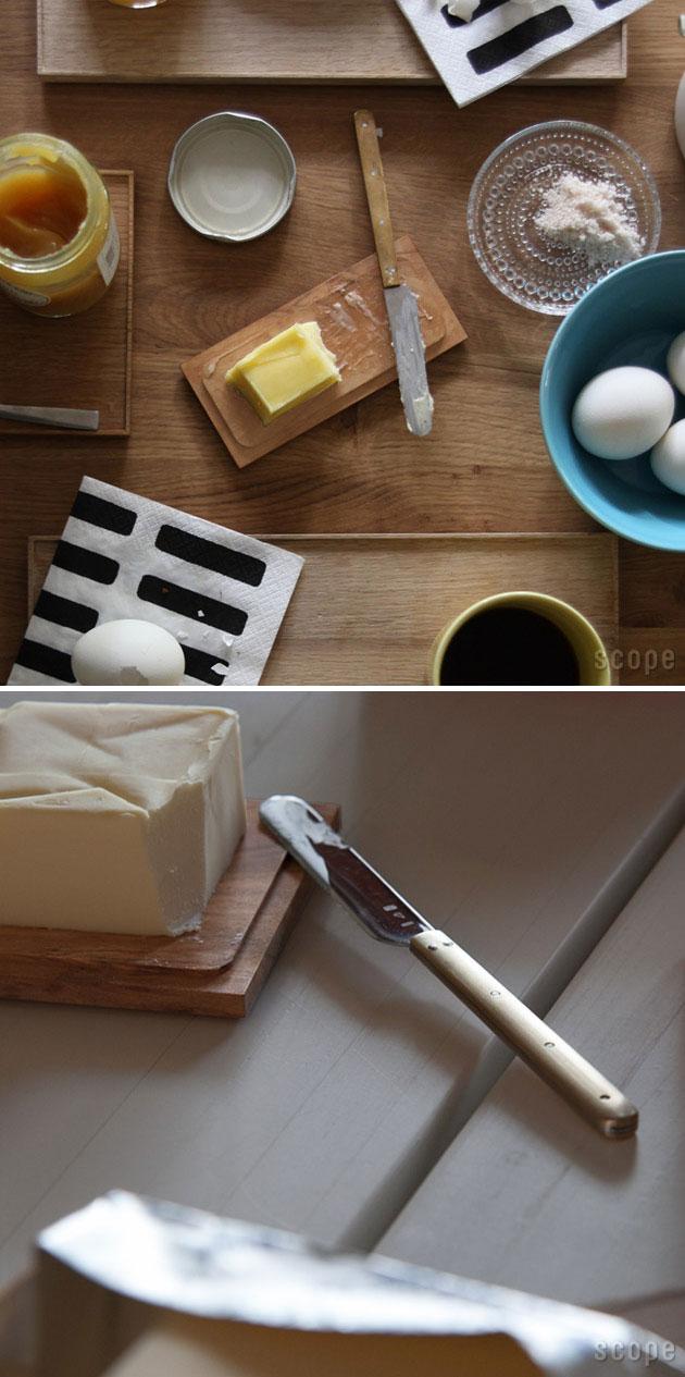 バターケースの中のバターと添えられたバターナイフ コーヒーとジャムの朝食風景