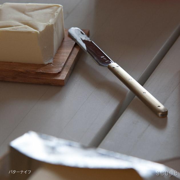 ボードの上のバターとバターナイフ