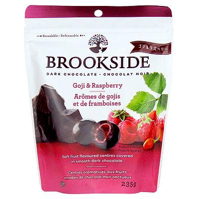 栄養価の高い東洋のパワーフルーツ ゴジベリーと ラズベリーを 初売り ほろ苦いダークチョコレートでたっぷりとコーティング ブルックサイド ダークチョコレート ラズベリー 供え 235g ゴジ