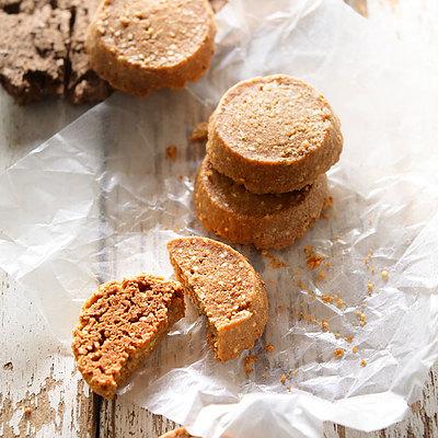 小麦全粒粉や有機原料などのマクロビ素材を使用した キヌアのプチッとした食感がアクセントのクッキーです 希望者のみラッピング無料 成城石井desica 有機キヌアのマクロビクッキー 90g 最安値