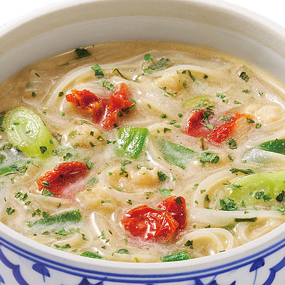 ココナッツミルクの甘みにチキンの旨みを加え、風味豊かに仕上げました。 成城石井 スープフォー トムカーガイ 5食