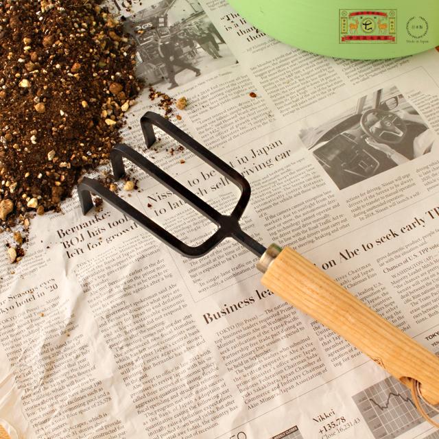 二重構造刃で使いやすい 鍛冶屋さんが作る本格的な小型の鍬 超特価 超特価 くわ 在庫限りで終了です 中川政七商店 近藤製作所 ガーデニング 鍬 二重構造刃 耕転フォーク 大