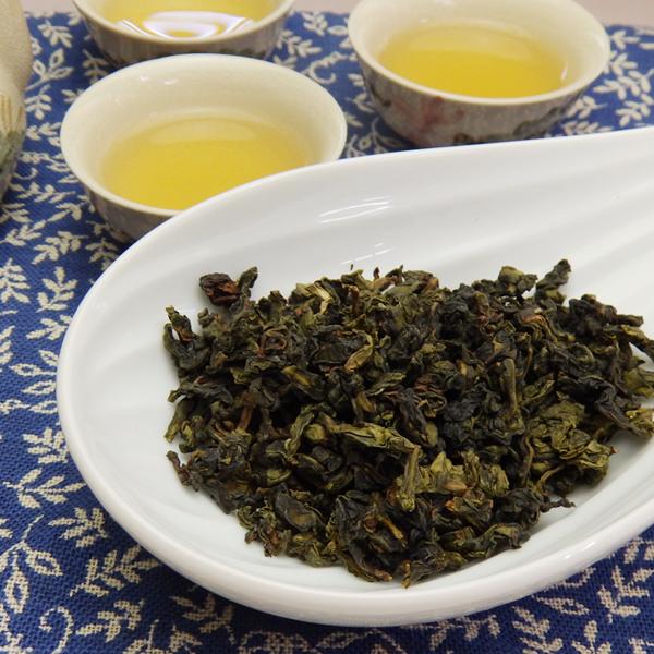 鉄観音烏龍茶と茶碗に入れた烏龍茶