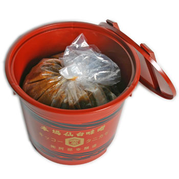 伊達政宗が愛した寒仕込み天然醸造味噌の造りを今も守り続けています 谷風味噌2Kg赤樽 海外限定 今季も再入荷 粒味噌