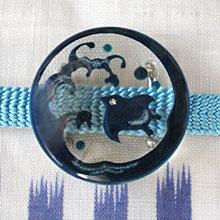 ブランド買うならブランドオフ 他のあったらいいなかわいい帯留めは こちら 波千鳥帯留 日本全国 送料無料 ポジ藍 キモノ仙臺屋の和装小物特集 WA-255 商品番号