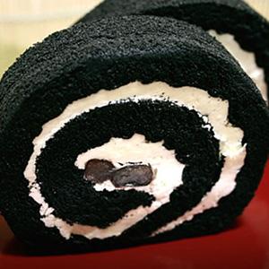 竹炭で真っ黒 ロールケーキ
