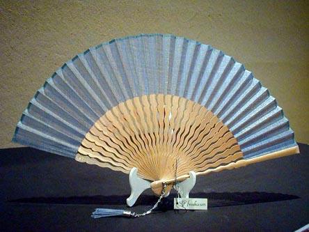 うねり骨型無地・白竹(ブルー)/ピーニャ生地/うねり骨6.8寸/宗一ブランド扇子