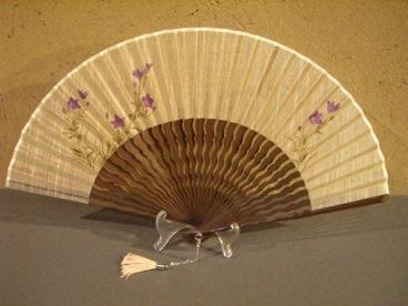 うねり唐木骨/型染め扇子(キキョウ)/唐木×白/6.8寸/宗一ブランド