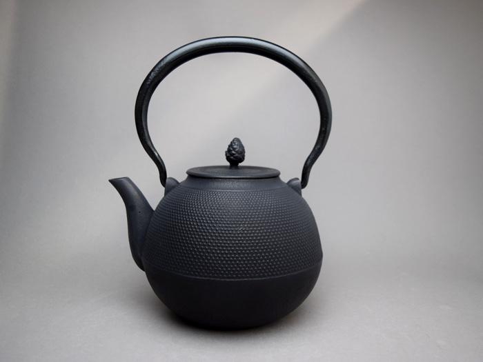 【南部鉄器 鉄瓶 IH】文秀堂鉄瓶 日月型/あられ(1.4L)
