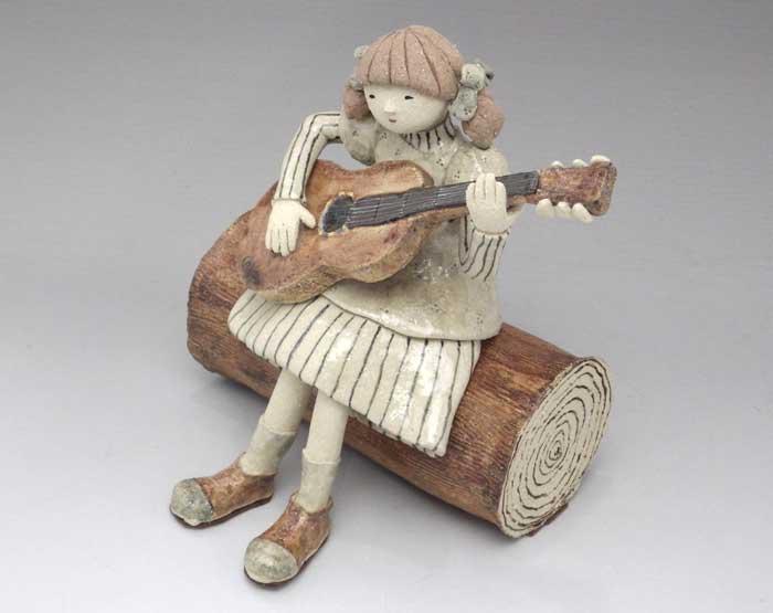瀬戸・赤津焼さんちい 陶人形「ギターを弾く少女」